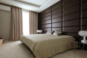 Кровать с мягким плиточным изголовьем